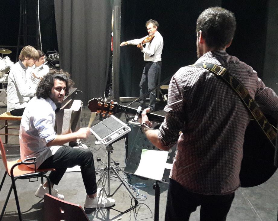 Première sortie du groupe GAM (groupe d'autistes musiciens), dirigé par Bruno Gepner, pédopsychiatre, au violon.