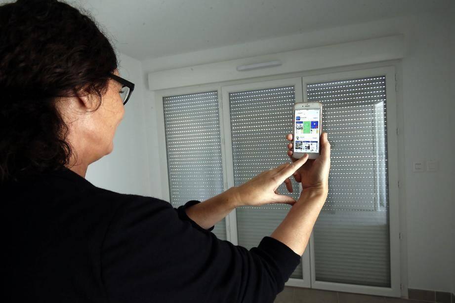 Dans un logement connecté, on peut ouvrir ses volets roulants à distance avec son smartphone.