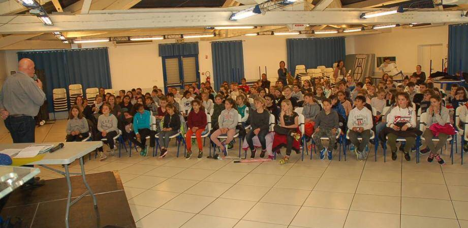 Les quelque 130 écoliers présents ont suivi le récit avec beaucoup de gravité et de compassion.