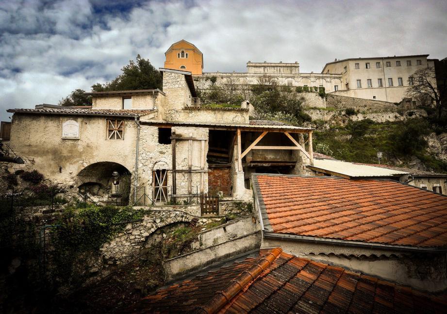 En dix ans, l'ensemble architectural édifié sur le flanc de la colline dominée par le Château des Thaon de Revel a déjà bien changé.