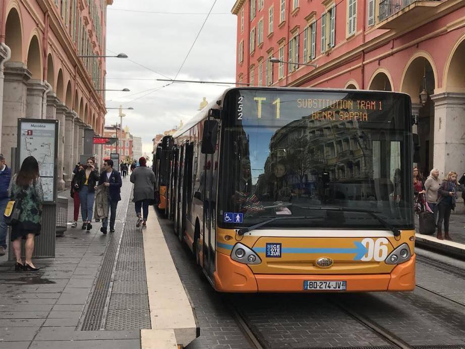 Des bus de substitution empruntent les voies du tramway ce vendredi.