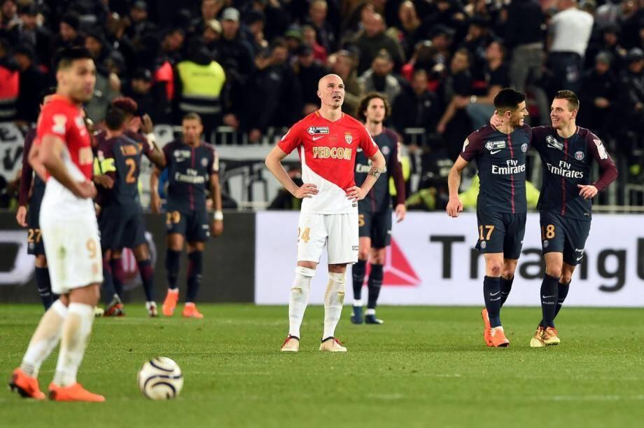 Falcao et Andrea Raggi impuissants face au PSG en finale de Coupe de la Ligue, fin mars. Le début de la chute...