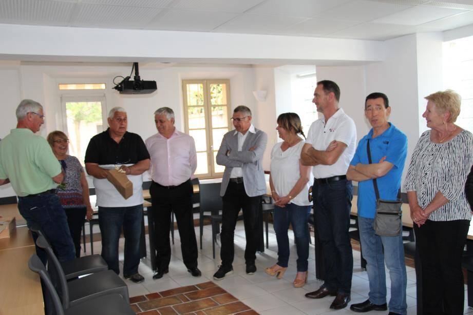 Jean-Jacques Barbéro (3e à gauche) remercie les élus et ses proches.