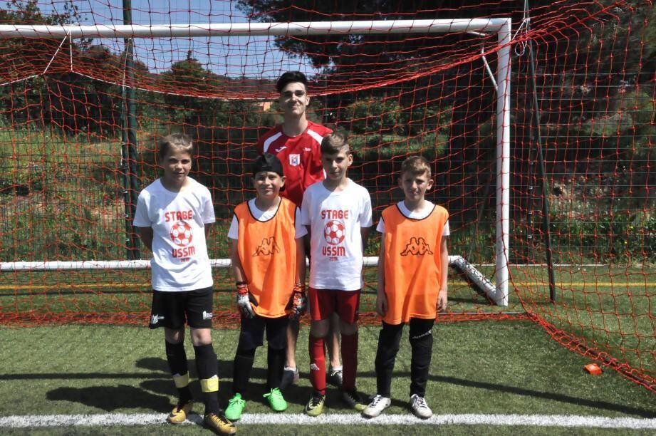 Enzo Mannone a endossé le rôle de coach le temps d'un atelier avec les jeunes gardiens de but du club mandréen : Enzo, Flavio, Axel et Loïs.