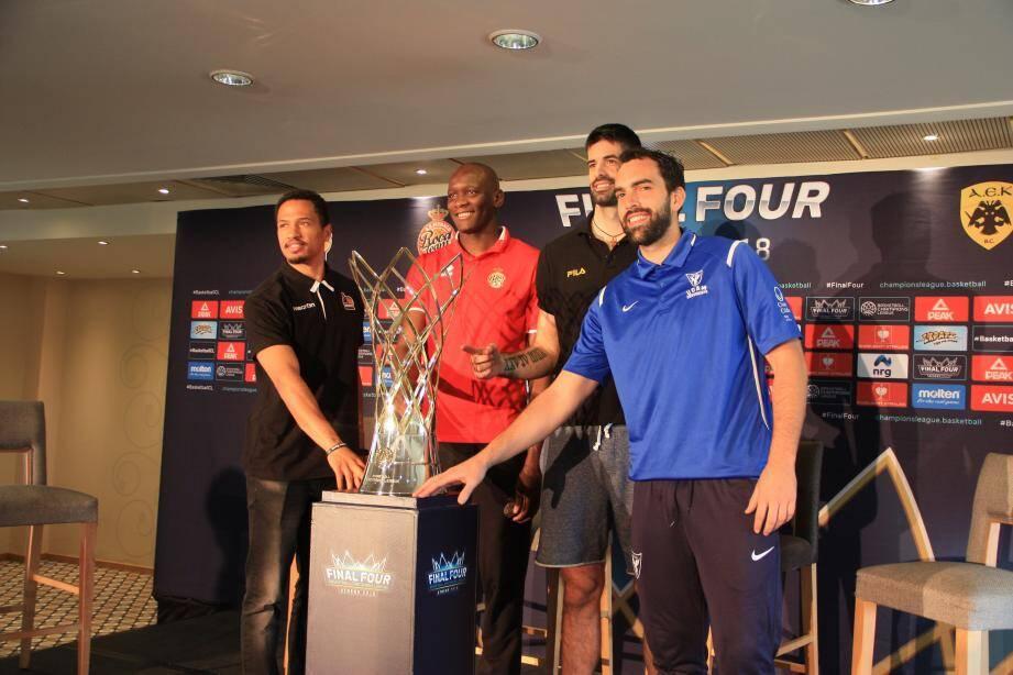 4 capitaines pour 1 trophée.(Ph. F.P.)