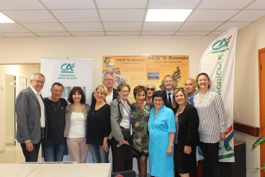 Le Crédit agricole a remis un chèque de 500 euros à Viviane et Francis Thiry pour l'association Sekolin.