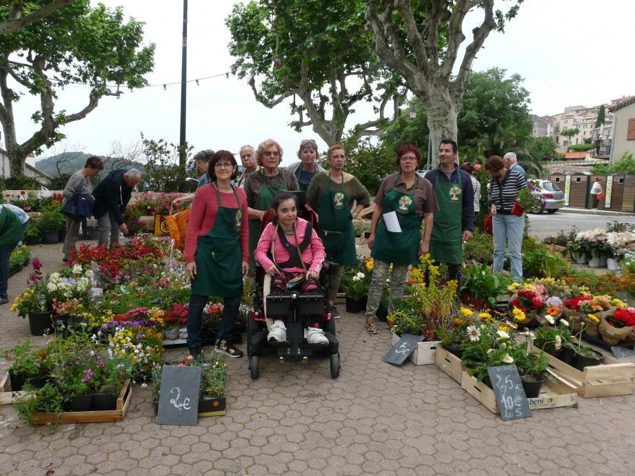 Grâce aux dons, l'association récolte des fonds en vendant des fleurs, des plantes et des plants.