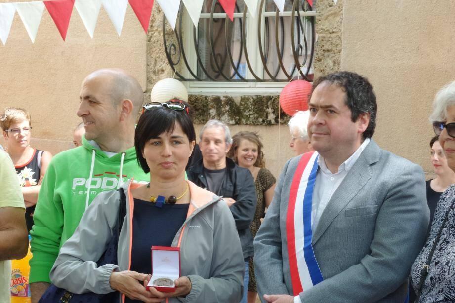 Le maire de Barjols a remis la médaille de la ville à Chiara Ravotto.