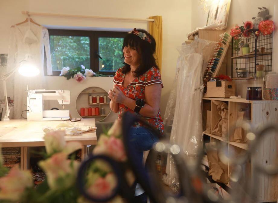 Dans son atelier au sein de La Coloc, Ludmila Dubost-Blaudet coud et brode des robes de mariées, fait de la tapisserie et remet au goût du jour des vêtements anciens.