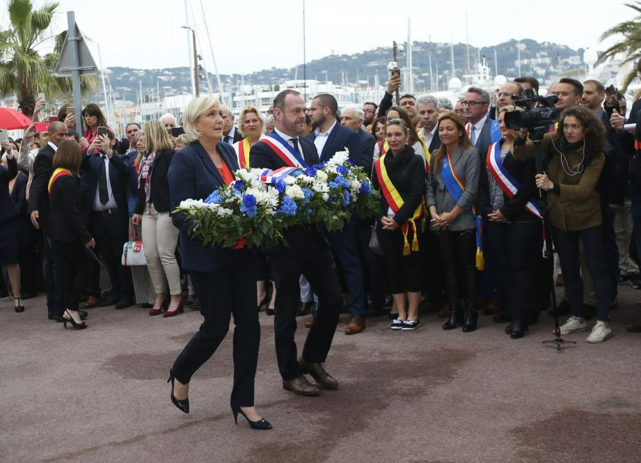Avant le rassemblement à Nice ce mardi après-midi, Marine Le Pen a déposé une gerbe, au pied de la statue de Jeanne d'Arc à Cannes.