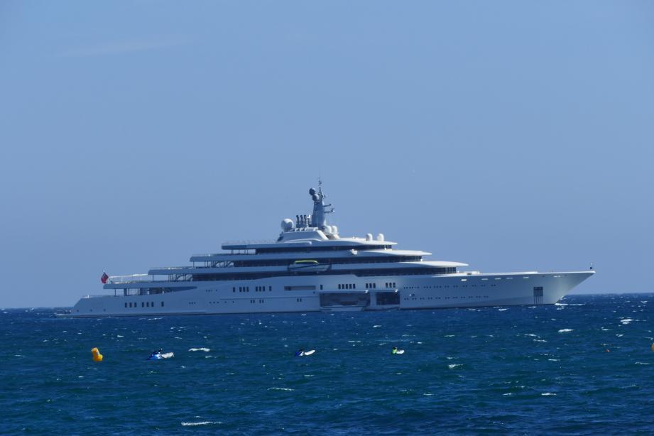 L'Éclipse, l'un des plus imposants yachts du monde était ce week-end au large de la plage de Juan-les-Pins…
