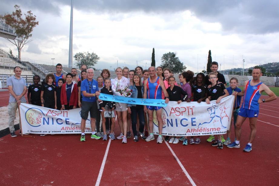 Paula Radcliffe, entourée par les jeunes de l'ASPTT Nice, section présidée par son ami, Jacky Charpentier.