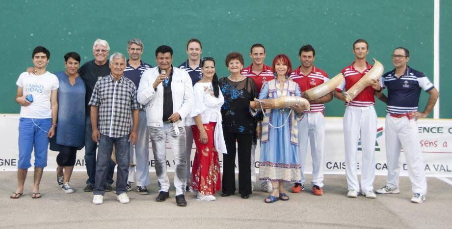 Les organisateurs du CPB et les représentants d'Autisme France sur le fronton cannois. Ci-contre : le Cannois Robin Graveline
