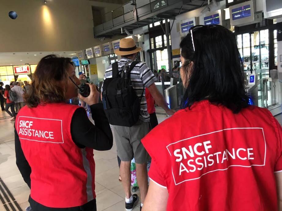 Deux fois plus nombreux que d'habitude, les gilets rouges ont surtout renseigné les touristes ce lundi matin, jour de coup d'envoi du bac.