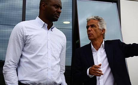 Patrick Vieira à son arrivée au centre d'entrainement de l'OGC NIce avec Jean-Pierre Rivère