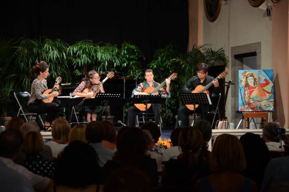 H. Tsuji, Duo Romanesca et M. Moletto pendant le concert de 19 heures, hier à l'église St Pierre de Castellar.