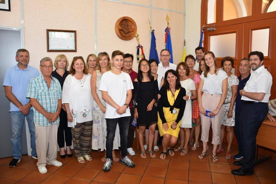 Félicités par le maire et des membres du conseil municipal, Léo Giangiacomi, Jade Liong Wee Kwong et Clara Latron (de g. à dr au 1er rang) étaient entourés de leur famille.(PhotoS MEC)