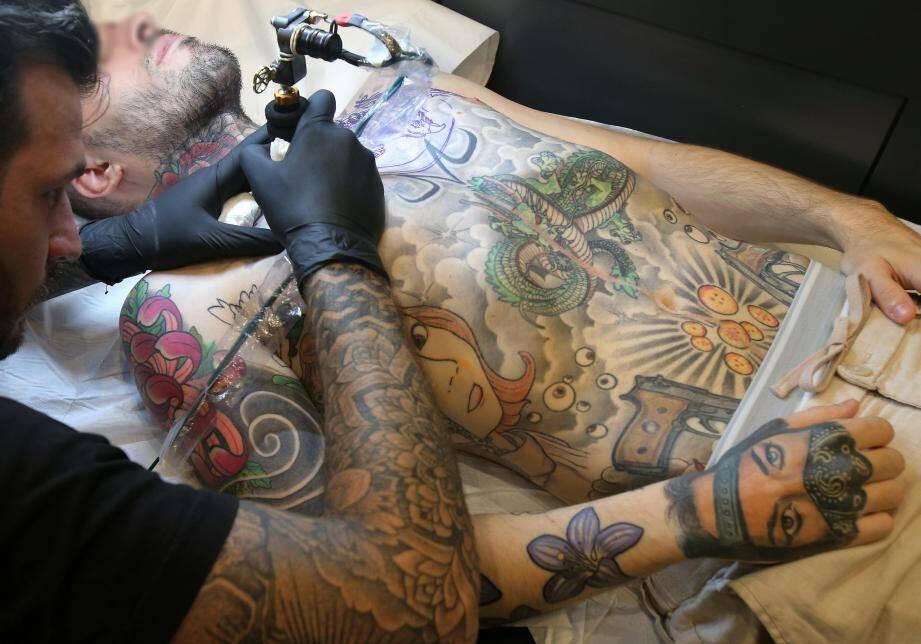 Séance de tatouage au Dixième Art Tattoo à Monaco.