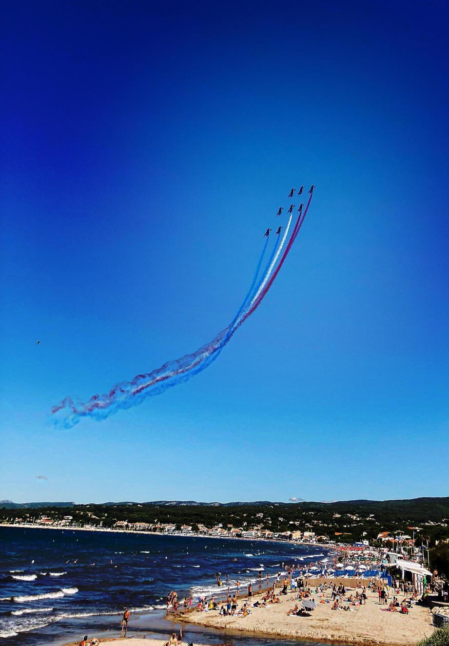 Les Alpha Jet au-dessus de la baie de Saint-Cyr-sur-Mer, ce mardi matin.