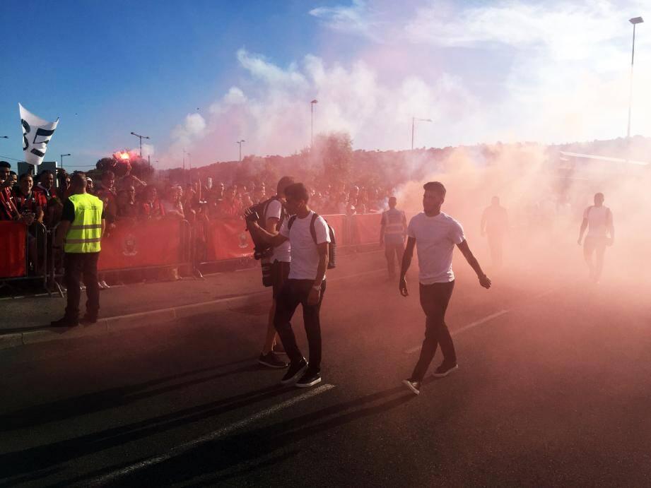 Les Aiglons ont été accueillis par de nombreux supporters hier, à leur arrivée au stade.