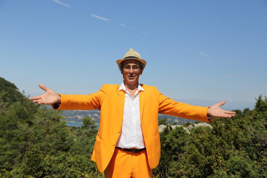 Michel Benizri officie en tenue orange, dont il a plusieurs versions, costume habillé ou vêtement de travail. La couleur est assumée : « Si on me voit bien, on m'entendra mieux ».