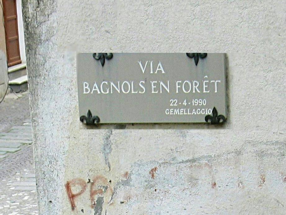 La rue Bagnols-en-Forêt à Pieve.