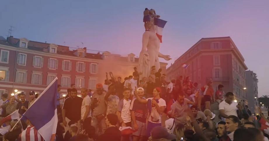 La joie des Niçois, place Masséna le 15 juillet après la victoire de la France en finale de la coupe du monde.