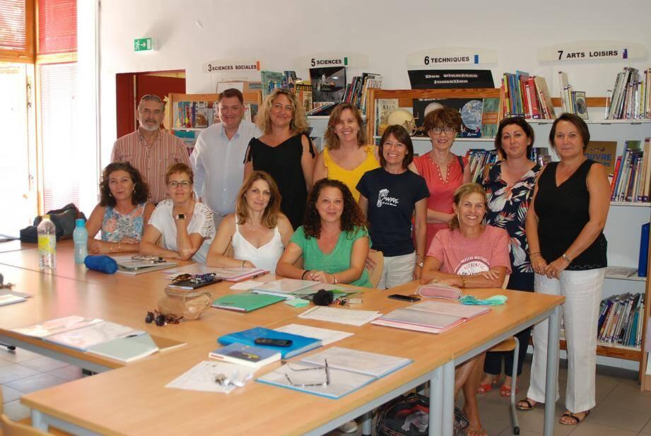 Les enseignants de l'école primaire Le Petit Prince en compagnie de leur directrice Mireille Amic (debout à droite) lors de la pré-rentrée, hier.