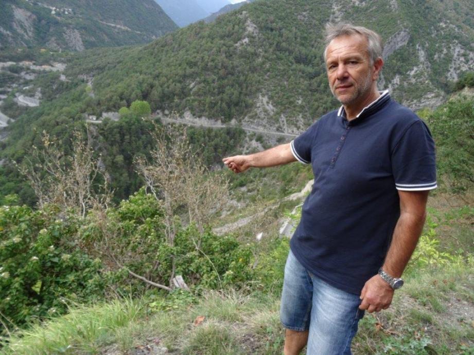Le maire, Gérard Steppel, pointe du buis étouffé par le papillon.