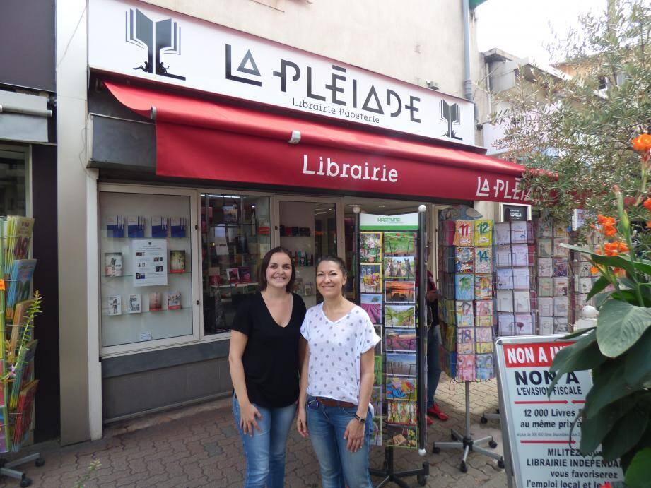 Aurélie Barlet et Virginie Platel devant La Pléiade relookée.