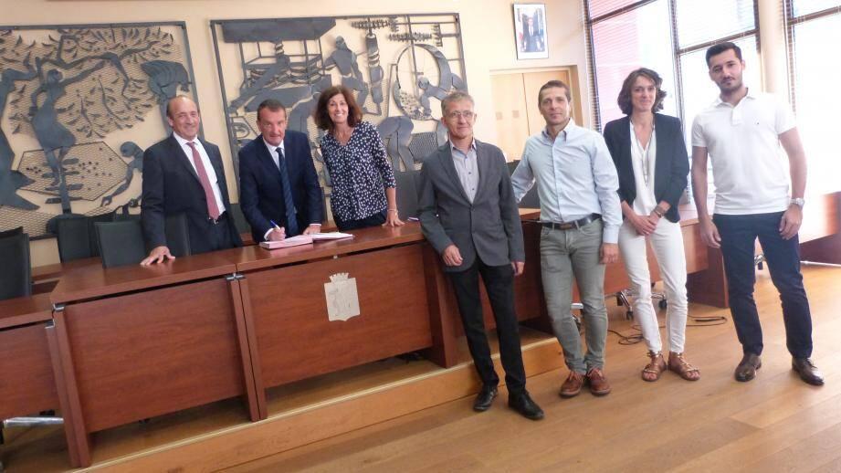 Les représentants des différents partenaires financiers ont signé la convention de l'OPAH-RU en mairie.