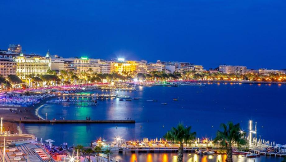 Vue de Cannes la nuit.