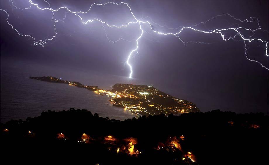 Éclair au dessus de Saint-Jean-Cap-Ferrat dans les Alpes-Martimes