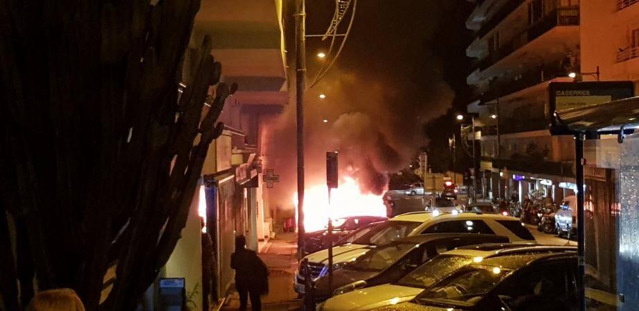 Ce samedi, vers 19 heures, un feu de voitures s'est déclaré au niveau du 167 avenue Pasteur à Roquebrune.