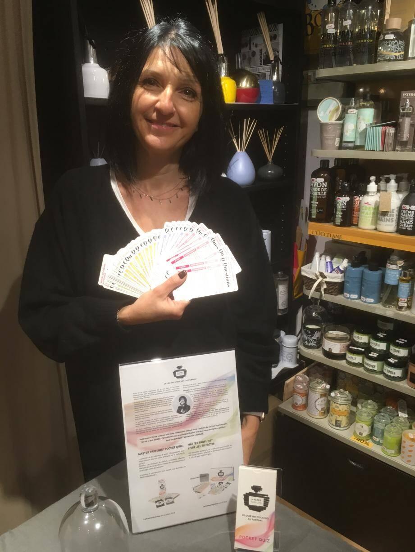 Rebecca Tisserand, qui tient la boutique Evanescence, propose de jouer pour découvrir Master Parfums.