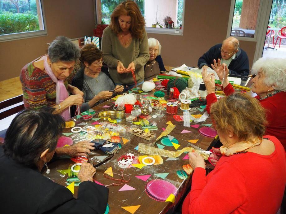 Sur la table, les couleurs ne manquent pas pour inspirer les artistes.