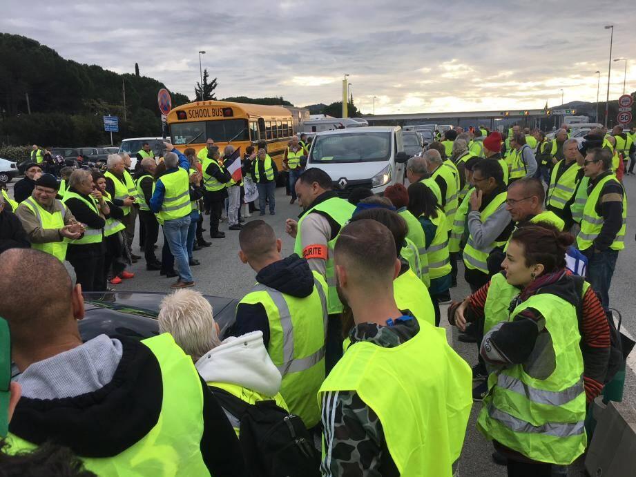 """Un blocage organisé par les """"gilets jaunes"""" au Muy le 17 novembre."""