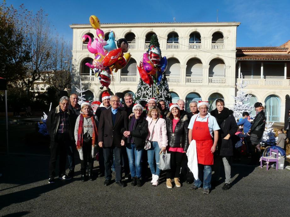 Le marché a été inauguré hier matin par la municipalité et le comité des fêtes. Ci-dessous : de quoi faire de belles emplettes pour Noël.