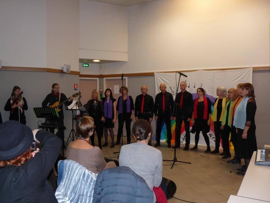 Douze chanteurs accompagnés de musiciens du groupe vocal « Corps Sonore », dirigé par Dominique Duchambon.