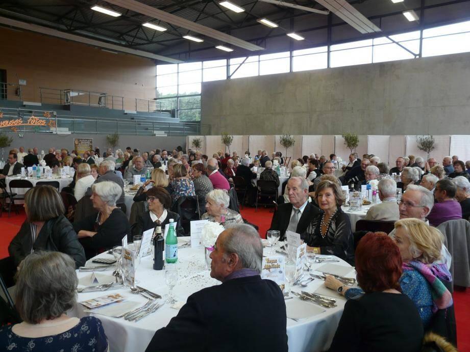 Moment de partage et de convivialité, le repas des aînés a rassemblé près de 300 invités au complexe sportif transformé en un immense restaurant.