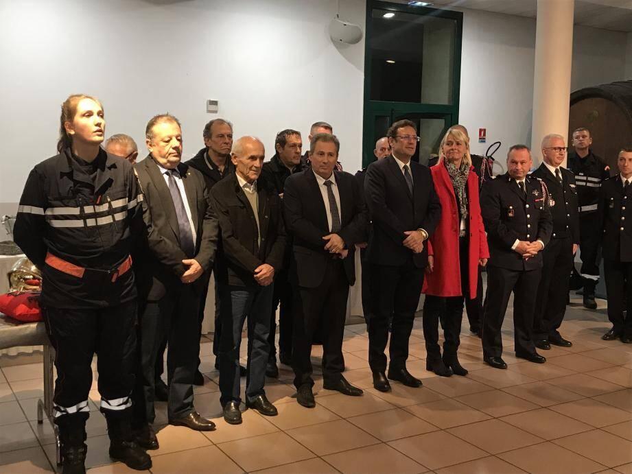 La présidente du CASDIS et le directeur départemental des sapeurs-pompiers du Var étaient présents aux côtés des élus et des sapeurs-pompiers de Pierrefeu. A droite, les promus.