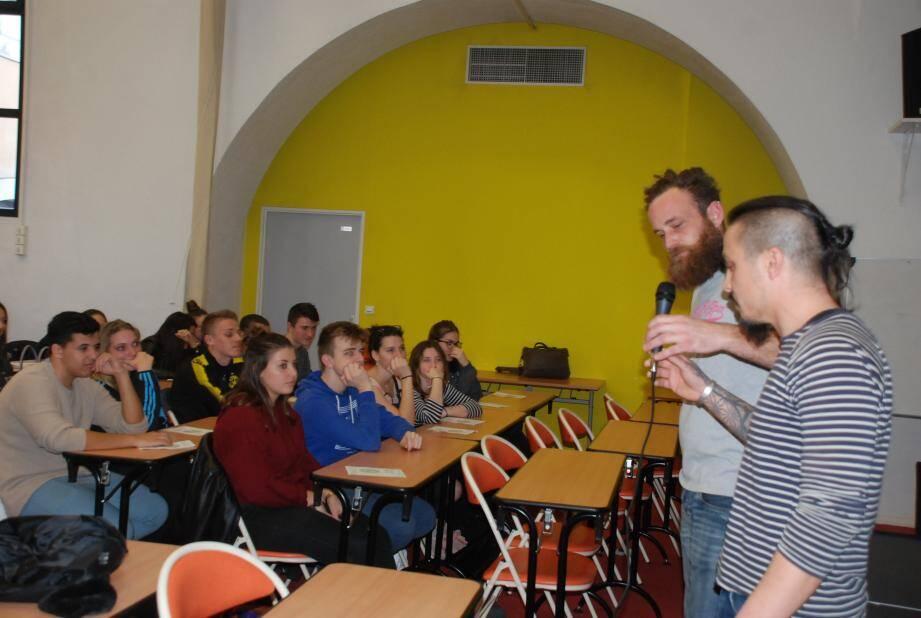 Deux animateurs de l'association sont venus expliquer aux élèves la mission de leur structure.