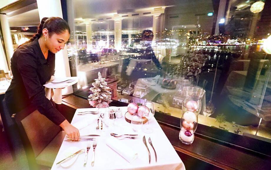 Une table dressée dans le respect de la tradition. Ici dans le magnifique restaurant le 360.