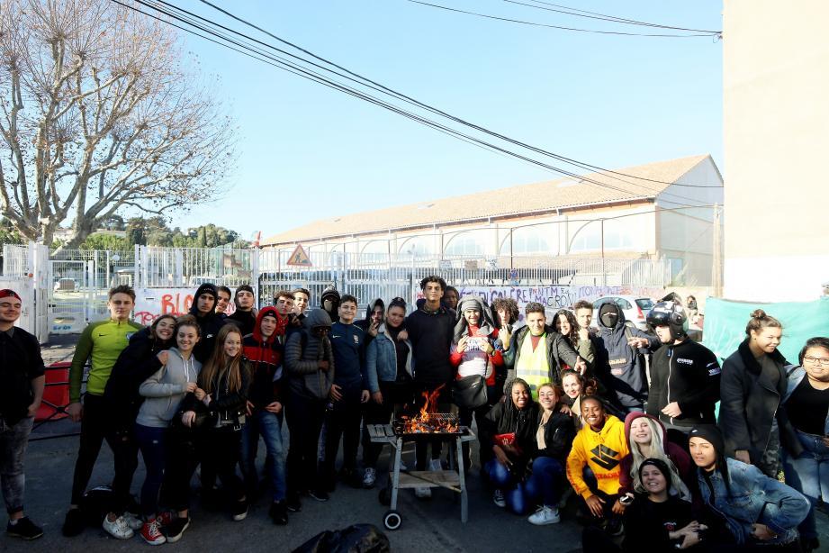 Le lycée Beausier bloqué pacifiquement par des élèves.