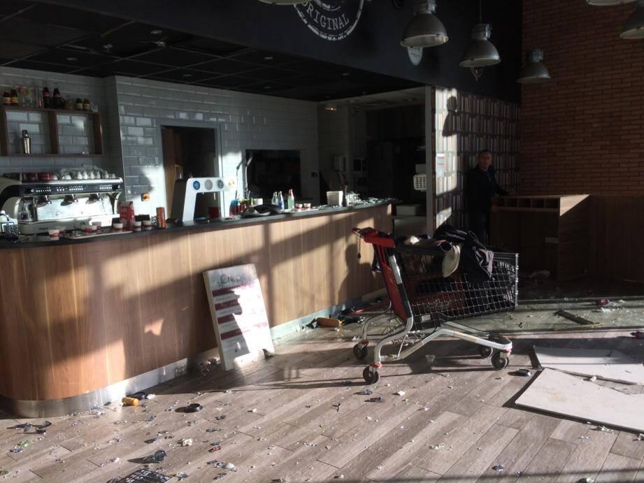 A la crêperie du centre commercial Auchan, l'heure est à l'évaluation des dégâts.