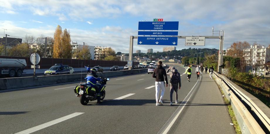 Les gendarmes ont fait évacuer les lycéens alors que la circulation a été coupée.