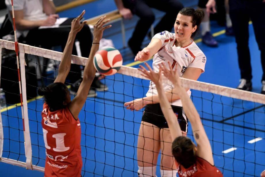 Karolina Goliat et les Raphaëloises se sont aisément hissées dans le dernier carré de la coupe de France, en s'imposant en trois sets à Chamalières.