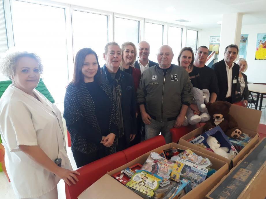 A la tête de l'association La Seyne de l'Espoir, Serge Feraud (en blouson au centre) pose en compagnie du personnel de l'hôpital Ste-Musse et des élus.
