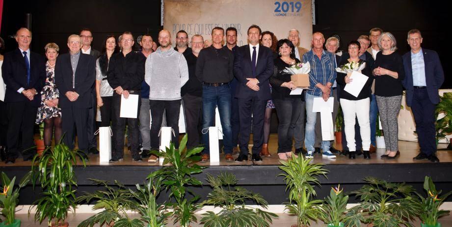Les heureux médaillés de la commune en compagnie du maire et des élus du conseil municipal.