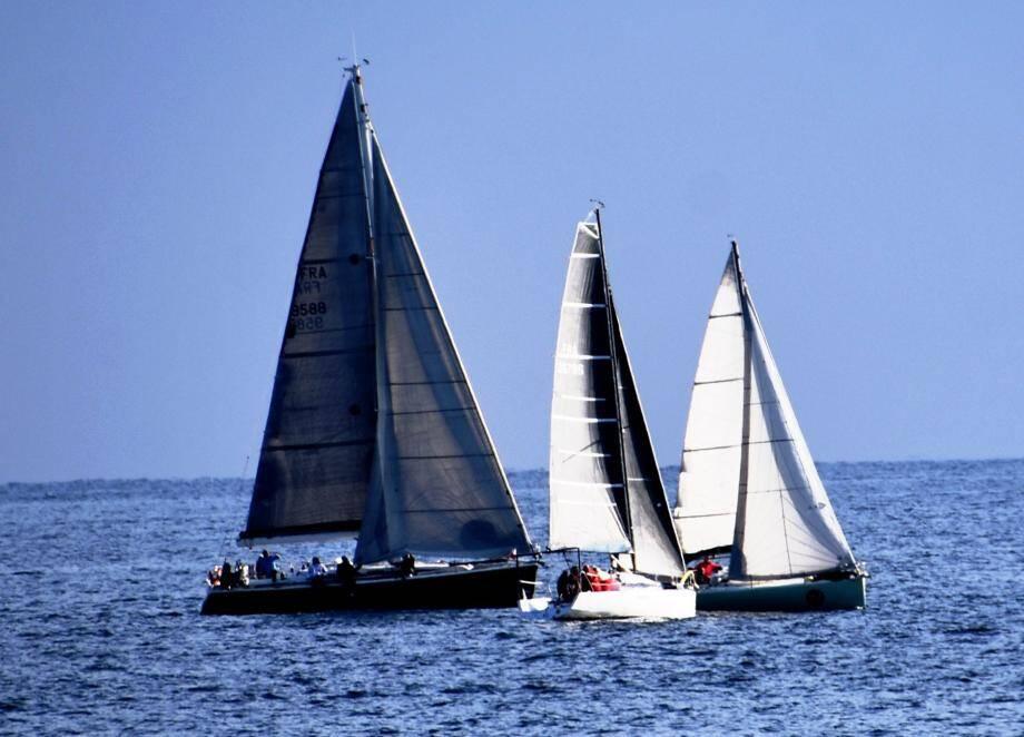 Dès le départ la lutte a été serrée en tête de course. Les navigateurs se sont ensuite retrouvés après cette journée en mer.